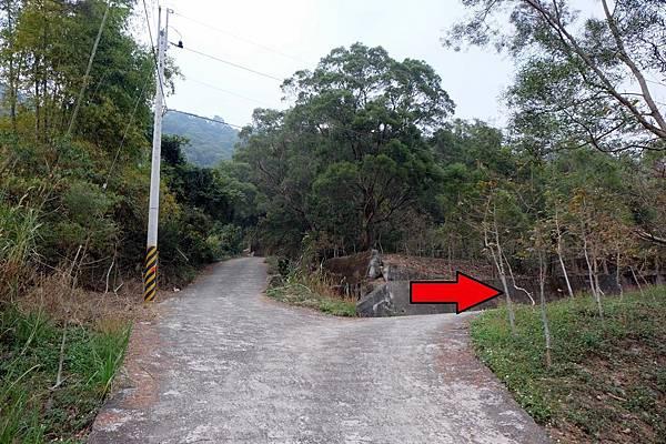 右轉往真我山登山口方向