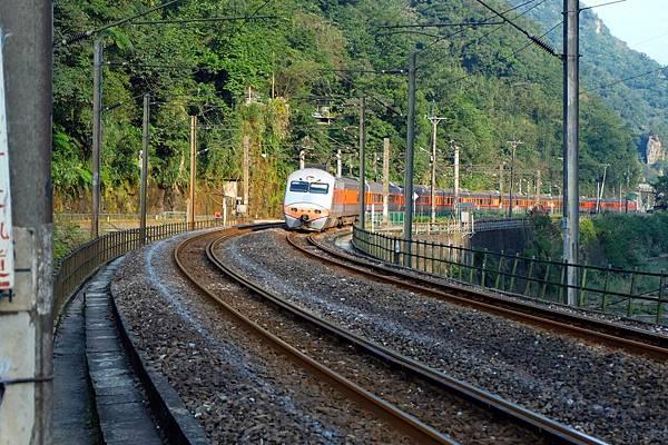 火車通過三貂嶺車站呼嘯駛來