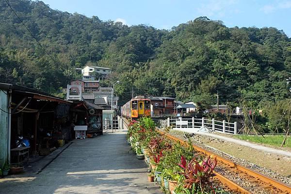 平溪線火車駛過三貂村