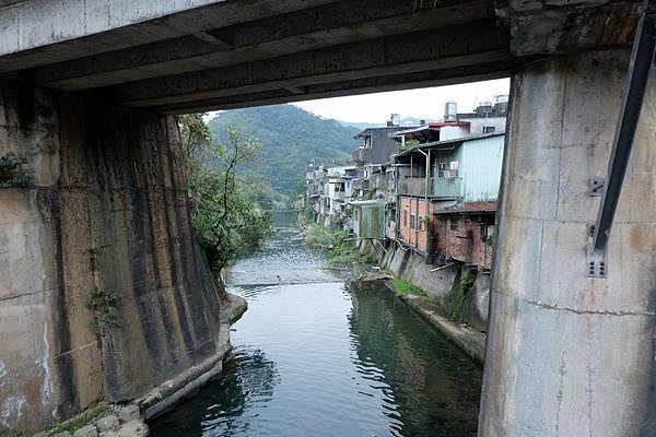 鐵路橋下有牡丹溪川流