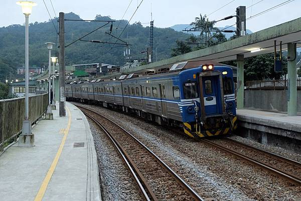 列車進站牡丹彎