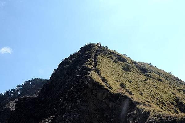 最低鞍部看山頭2上有人