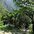 山神廟前石階古道陡下