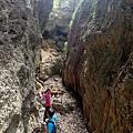 峽谷兩側岩壁高聳
