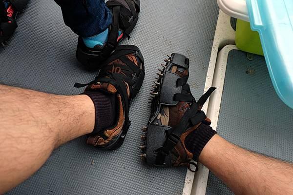 穿上走礁專用釘鞋
