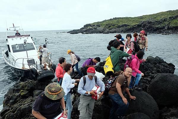 船艏頂住礁岩靠岸
