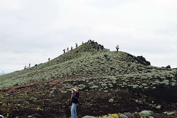 遊客嬉遊棉花嶼最高點