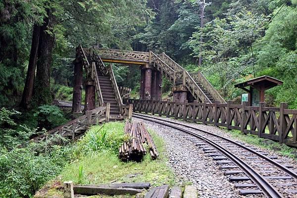 鐵道與塔山步道天橋