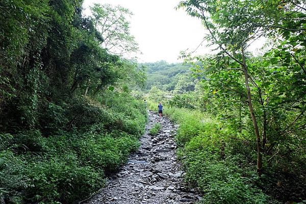 碎石山路陡下