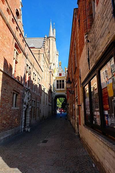 布魯日市政廳旁的拱門通道