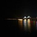 夜晚的鴨綠江大橋,黑暗一端為新義州