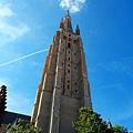 仰望聖母教堂鐘樓高聳入天