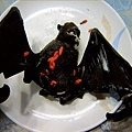 把苦主「水果蝙蝠」攤平拍照
