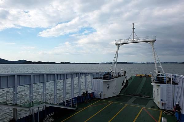 搭乘渡輪前往飛禽島途中
