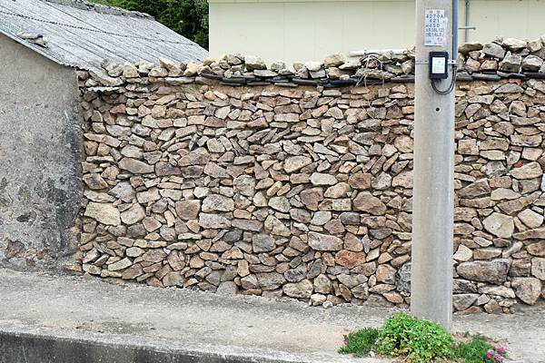 石頭堆砌的圍牆