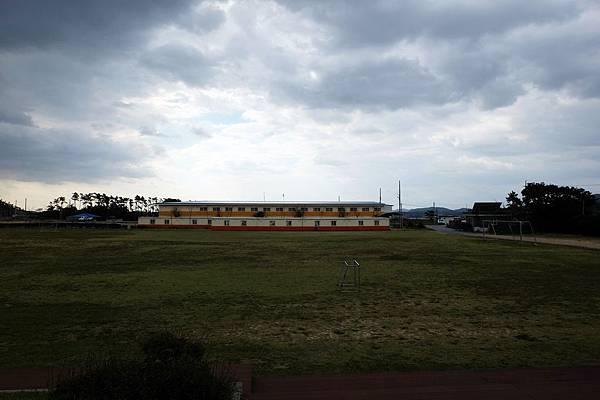 紀念館前方的運動場