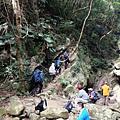 河床山徑遇巨石陡坡
