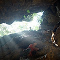 往上攀岩出大猴洞