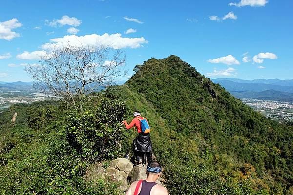 藍天下的綠色稜線