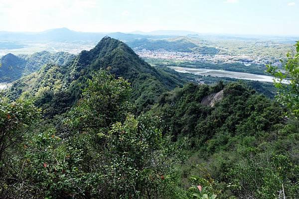 回望旗尾山、318峰
