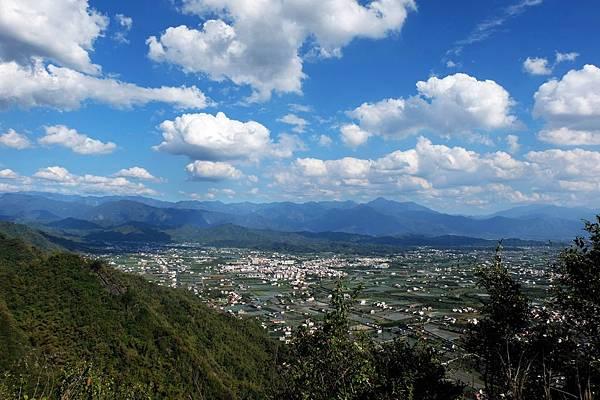 藍天白雲下的平原風景
