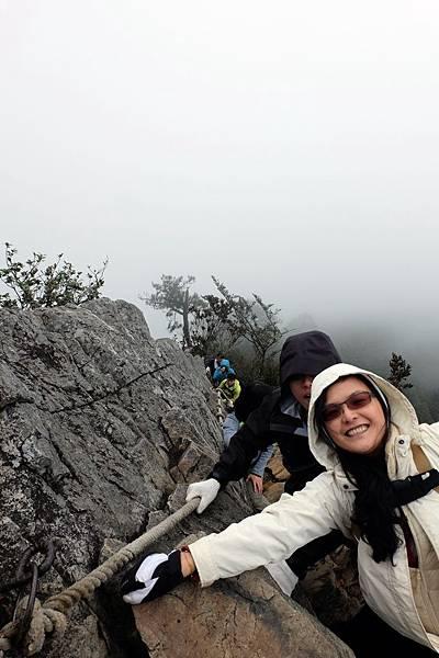 往下看雲霧瀰漫鳶嘴山來時路