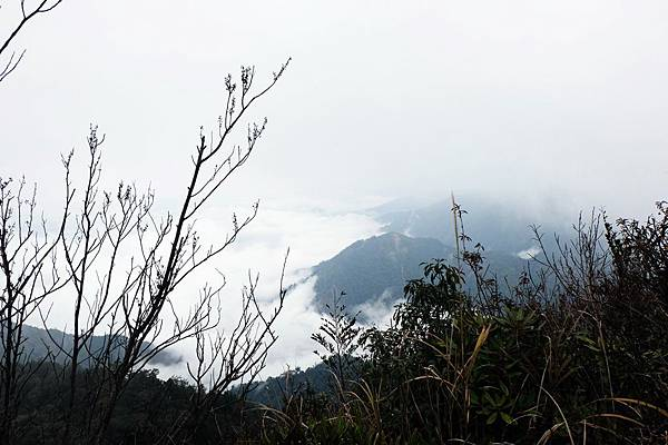 山頂雲霧逐漸消散景色