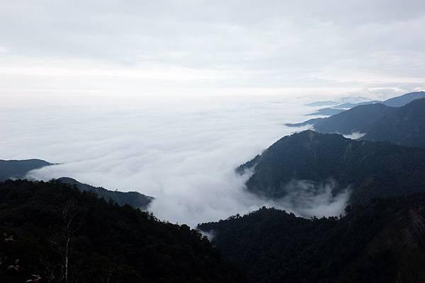 峭壁上眺望北方雲海