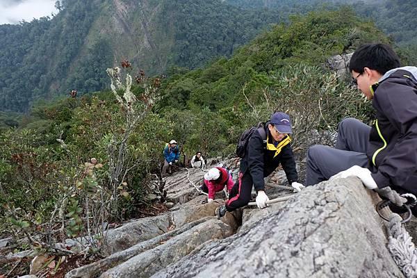 繼續攀爬下山