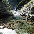 溪谷中水潭清澈