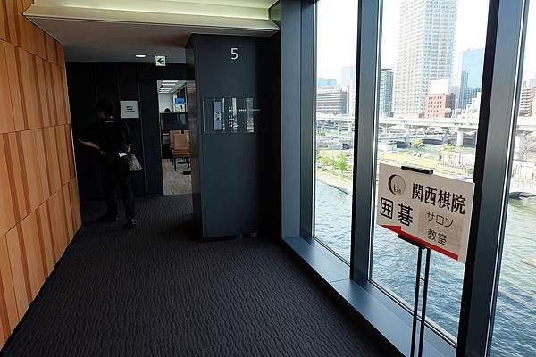 出電梯往左