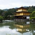湖中倒映金色樓閣名景