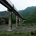通過「落山風」鐵橋下方