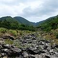 河床乾涸只剩亂石大道