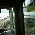 快到鎌倉高校前,車窗上有江之島倒影