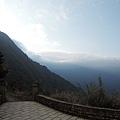 登山口望厚雲籠罩遠山