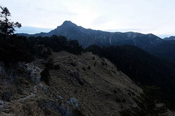 晨曦背影下的玉山主峰