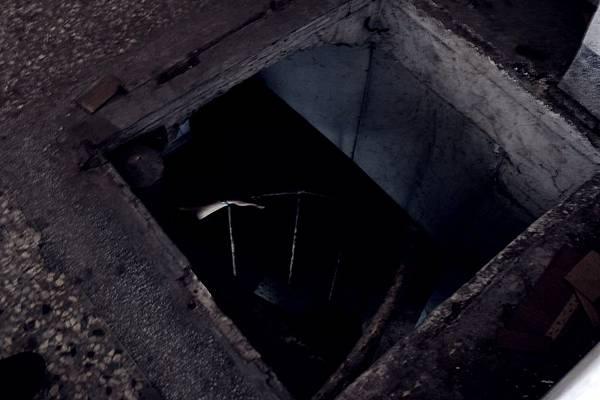 通往地下室的暗門階梯