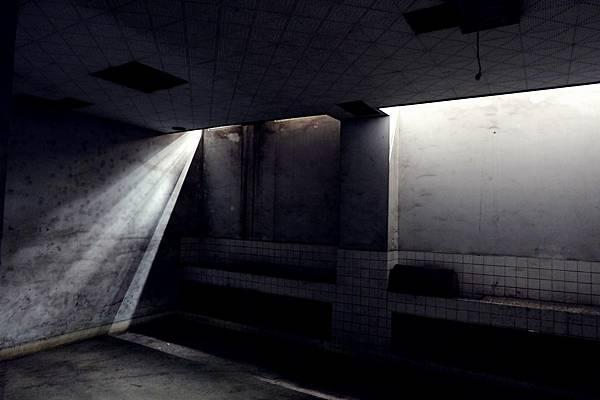 地下室光影交錯切割