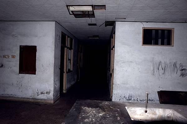長廊通道深邃黑暗