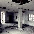 空蕩殘破的大廳