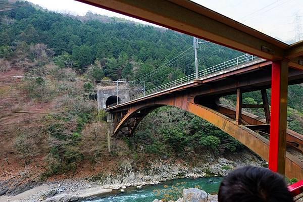 「JR嵯峨野線」鐵橋橫跨保津川