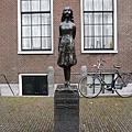 西教堂鐘樓下的安妮雕像