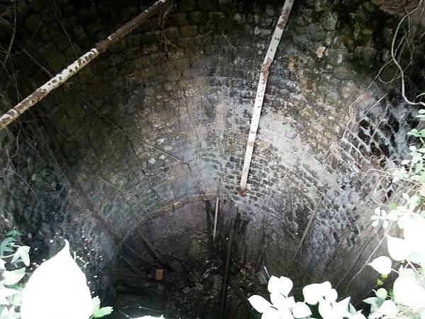 右石灰窯內部俯視深處