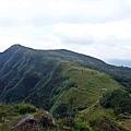 草嶺線在綠色山脈上延伸
