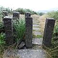 草嶺線步道上的牛擋石