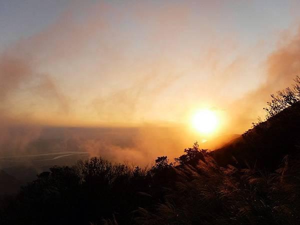 夕陽浮現雲霧之中