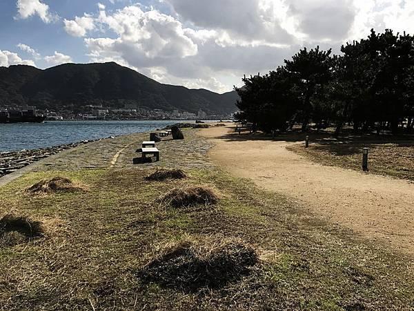 海濱小路旁有椅子可坐著悠閒看海