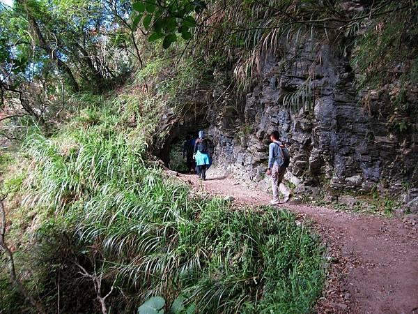 穿過小山洞後即將抵達斷崖步道