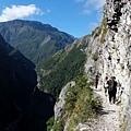 斷崖步道架設有繩索